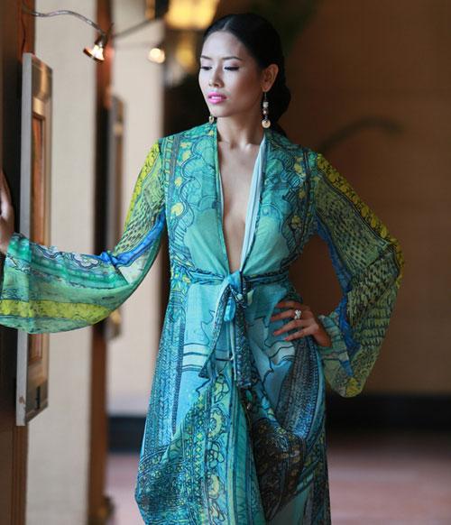 Bắt lỗi mặc váy cổ V kém duyên của sao Việt - 1