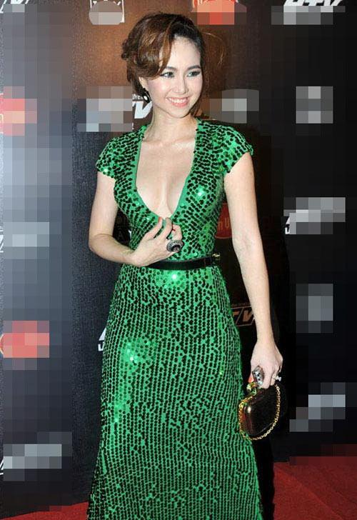 Bắt lỗi mặc váy cổ V kém duyên của sao Việt - 3