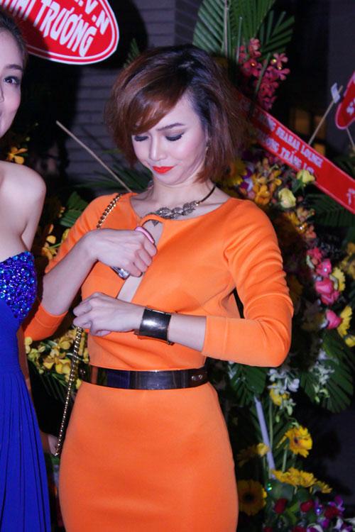 Bắt lỗi mặc váy cổ V kém duyên của sao Việt - 5