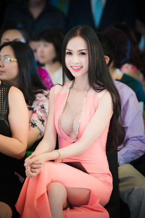 Bắt lỗi mặc váy cổ V kém duyên của sao Việt - 4